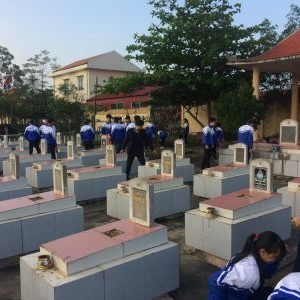 Lao động dọn vệ sinh nghĩa trang xã